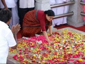 ஜெ. சமாதியில் 3 முறை ஓங்கி அடித்து சத்தியம் செய்த சசிகலா